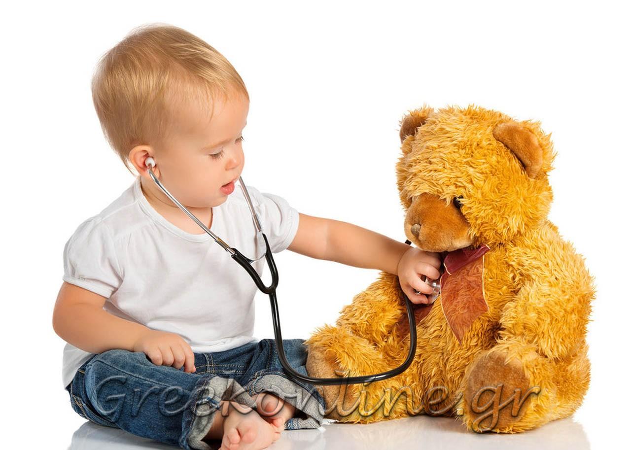 Bébé joue au docteur avec nounours