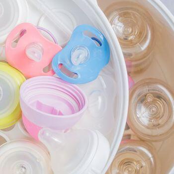 Pour stériliser une sucette : portez l'eau à ébullition puis plongez la sucette dans l'eau bouillante pendant 5 minutes